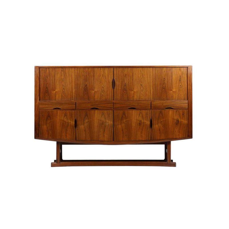 Aparador alto en madera de palosanto diseñado por Johannes Andersen