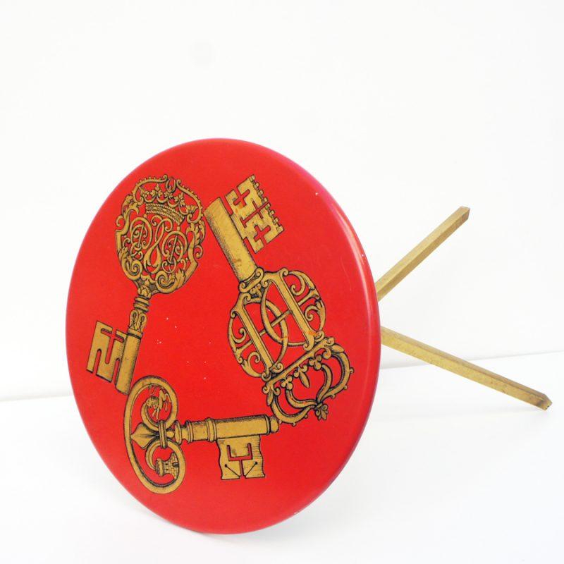 Mesita auxiliar Fornasetti llaves doradas